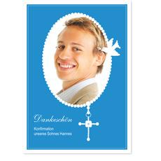 Perlenkette mit Kreuz auf Himmelblau